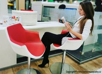 Komentované zprávy bank: Reiffka otvírá pobočku za pobočkou, AirBank trumfuje s kodexem mobility