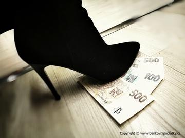 Banky riskují ztrátu 280 miliard USD příjmů z plateb, zjistila zpráva