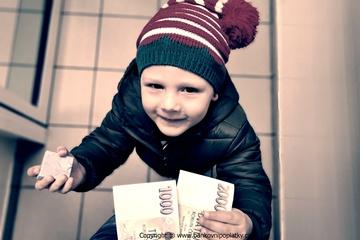 Proti roku 2010 ušetří každý člověk na bankovních poplatcích průměrně 522 korun
