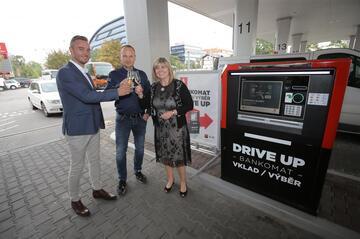 Překvapivé zjištění - u prvního DRIVE UP bankomatu v ČR převládají vklady nad výběry